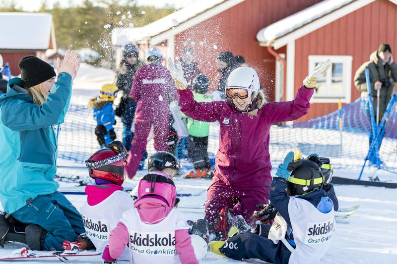 Children playing with guides in the snow at Orsa Grönklitt, Dalarna