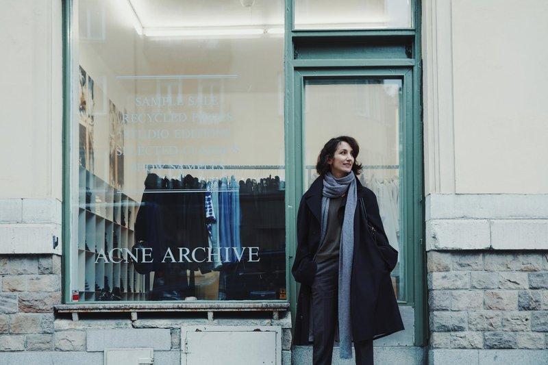 Marina Kereklidou, devant Acne Archive à Stockholm